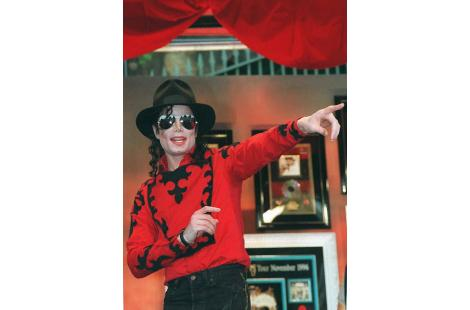 (FILES) Pop megastar Michael Jackson, wearing no wedding ring, points to fans during the Sony...